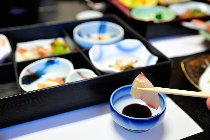 4901091a177 식사처는 전체적으로 오픈된 식사처도 있습니다만, 좋은 료칸에서는 일행만 사용하는 룸식사처를 제공하는 곳도 많습니다. 헤야쇼쿠는 인기가  많은 반면에 객실에서 ...